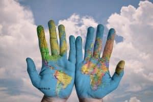 Werbung Frankreich - Weltkarte auf Händen
