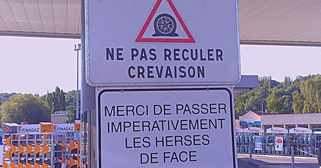 Hinweisschild Tankstelle Frankreich