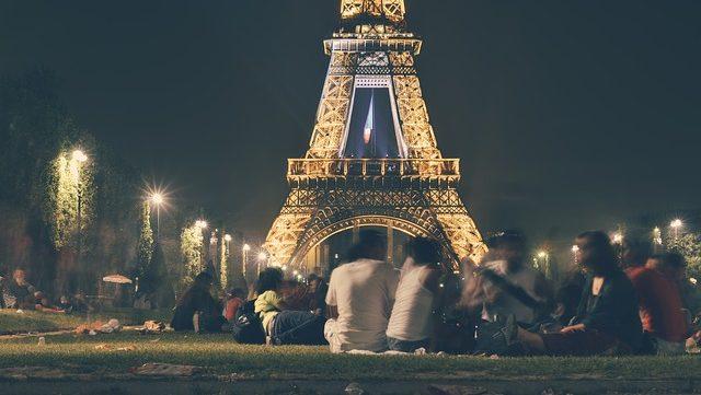 Menschen beim Eiffelturm
